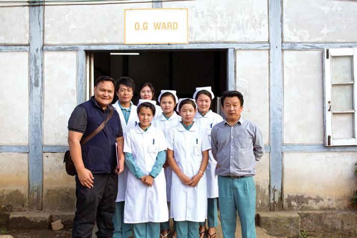 魯瑪夫秘書長(左)與當地護理人員合照。