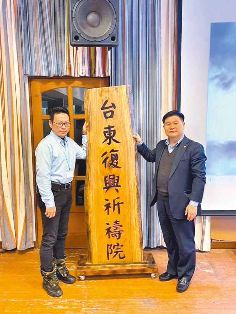 台北純福音教會張漢業牧師(右)。(取自張漢業牧師臉書)
