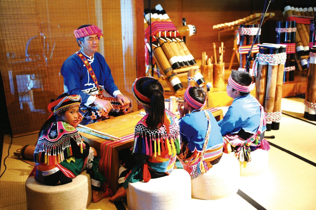 耆老教導孩子原住民傳統樂器(圖/FB@Amis旮亙樂團)