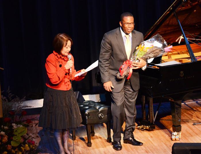 麥肯齊目前定居日本,在當地有不少鋼琴演奏演出。(圖/gregmckenzie官網)