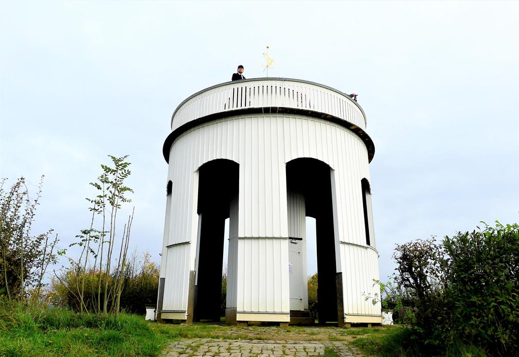 矗立赫保山頂的禱告守望塔,主護村地標。位於德國、捷克、波蘭三國交界。(王桂花攝影)