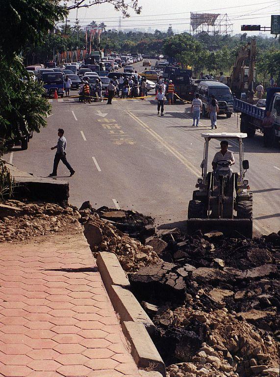 921大地震後,臺中碎裂的道路與人行道。(圖/維基百科)