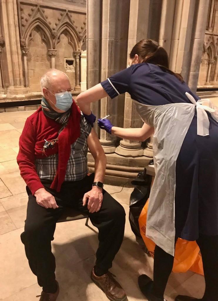 民眾到教堂接種新冠疫苗。(圖/FB@Lichfield Cathedral)