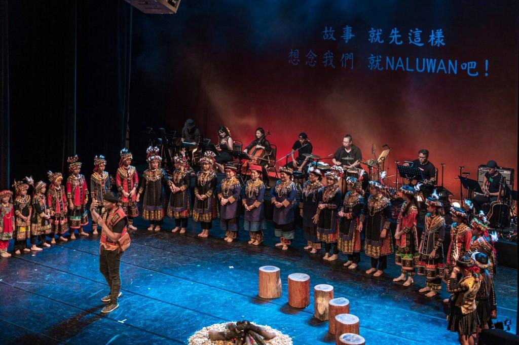 泰武國小孩子用族語獻唱歌謠