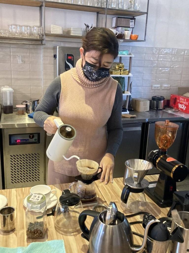 蔡宇葳特別當學徒精進咖啡技術。