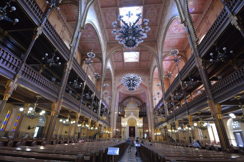 ↑菸草街的猶太會堂內部豪華且有管風琴
