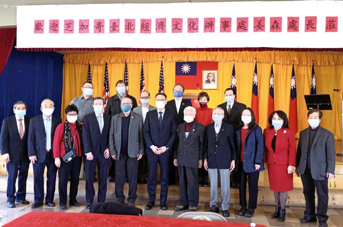 姜處長(左六)赴芝加哥後出席首個活動。(圖/Facebook @TECO.IN.CHI)