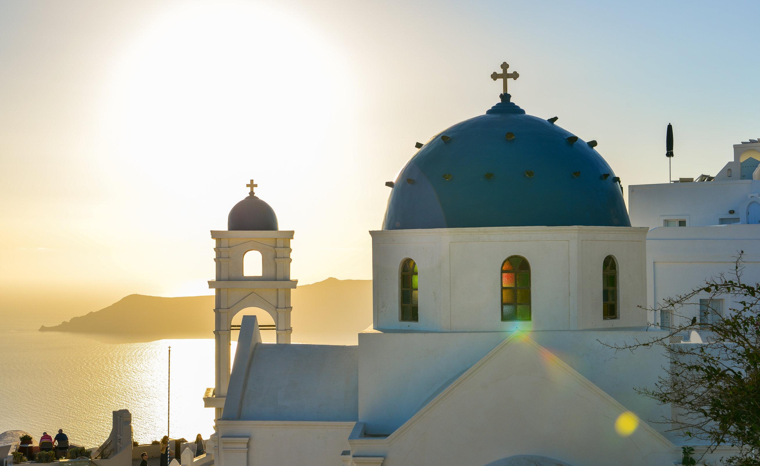 島上有許多藍頂教堂