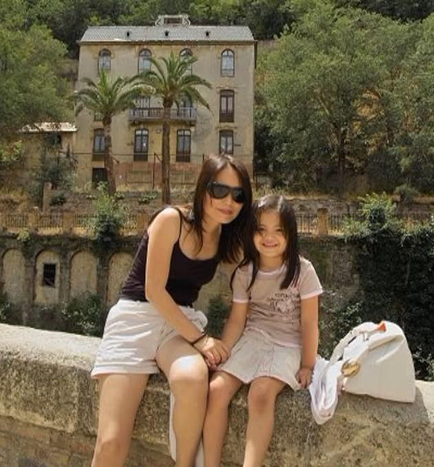 與家人同遊西班牙時與母親合影。