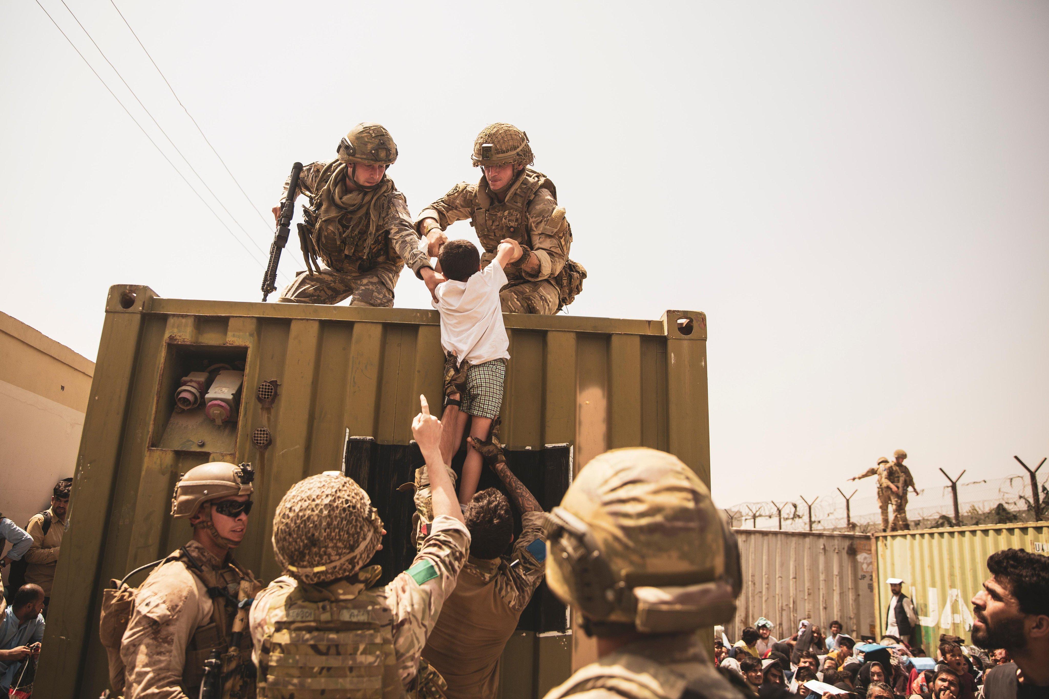 陸戰隊員在喀布爾機場協助撤離工作。(圖/翻攝自Twitter@USMC)