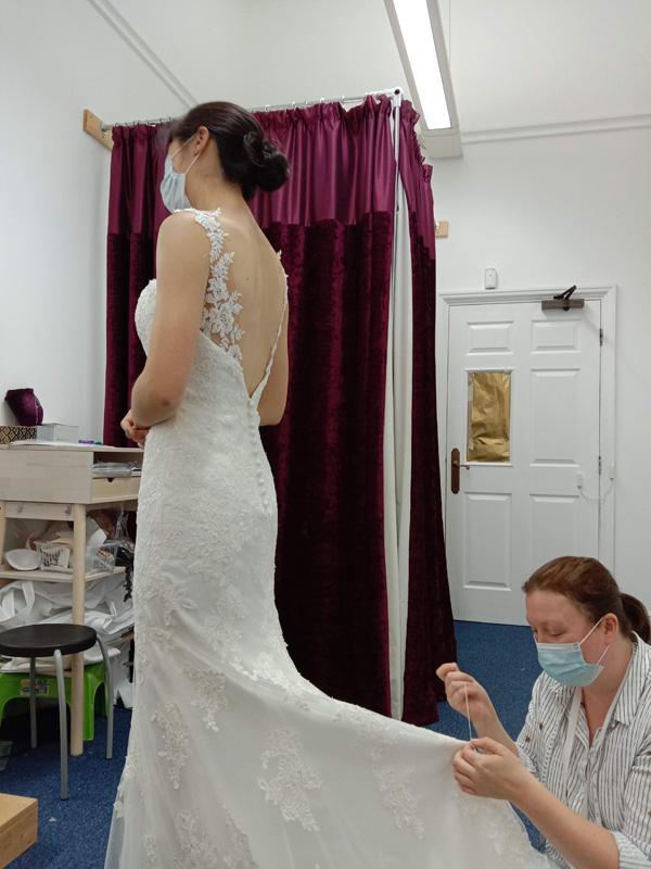 陪女兒試穿婚紗